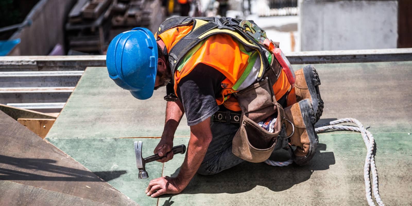 radnik sa čekićem plavi šlem